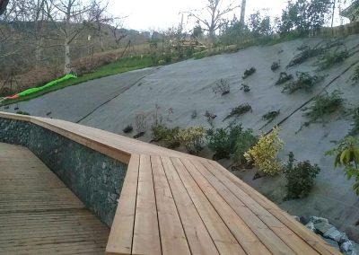Murs et Murets Muret en gabions habillé d'une coursive en pin