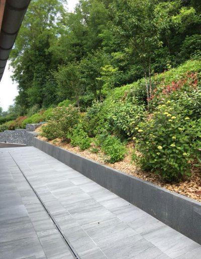 Réalisations Terrasse en dalles, muret et massif de plantations